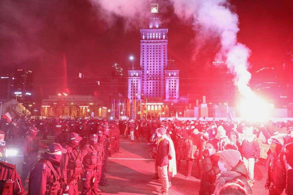 Πολωνία: Εμπρός... πίσω - Τρίτη νύχτα διαδηλώσεων για την απαγόρευση των αμβλώσεων