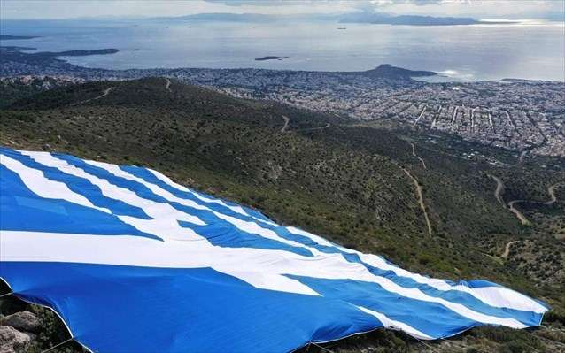 Ελληνική σημαία 4.000 τ.μ. τοποθετήθηκε στον Υμηττό (ΦΩΤΟΓΡΑΦΙΕΣ)