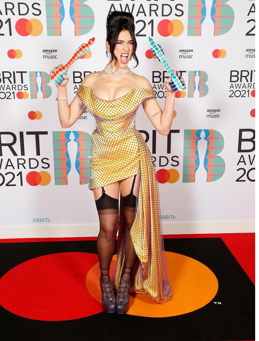 Με ζαρτιέρες και μίνι φόρεμα η Dua Lipa στα Brit Awards (ΦΩΤΟ)