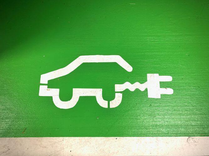 Φορτιστές ηλεκτρικών οχημάτων στα πρατήρια της ΕΛΙΝΟΙΛ από τη ΔΕΗ