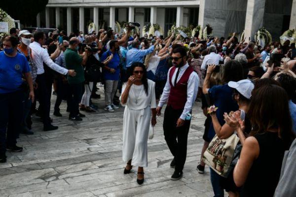 Ζωζώ Σαπουντζάκη: Ντυμένη στα λευκά στην κηδεία του Βοσκόπουλου