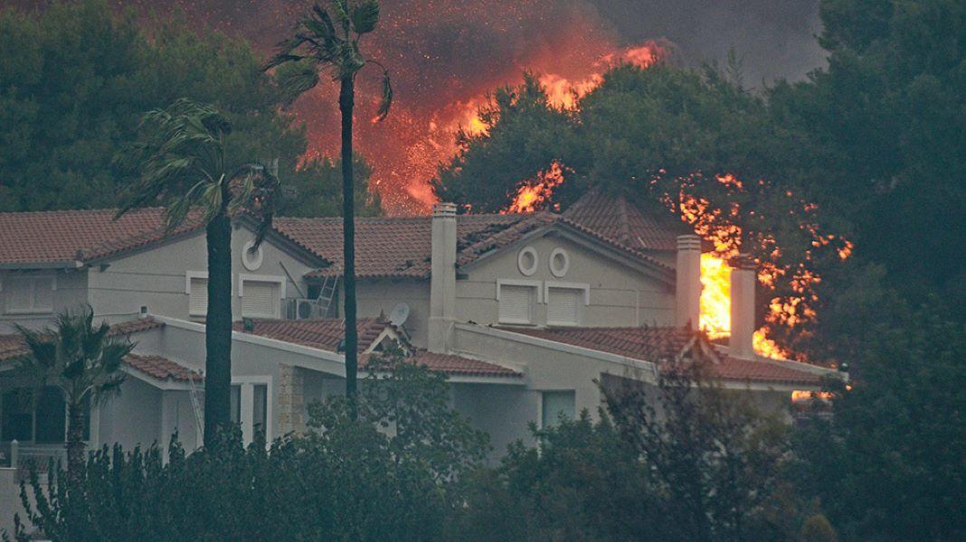 Φωτιά στην Βαρυμπόμπη: Σώθηκε το Κρυονέρι, οι φλόγες πάνε προς Τατόι
